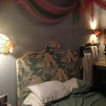 Red Victorian Bed, Breakfast & Art resmi
