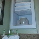 Nice towel and ice bucket shelf in the bathroom