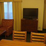 RI Den Airport Room 106 living room/TV