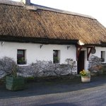Photo de Cloch na Scith Thatched Cottage