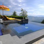 The outdoor infinity pool (95461371)
