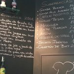 la carta de tapas en la pared
