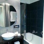 Jade Manotel: standard room - bathroom