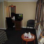 Golden Lion Hotel: room with desk/TV