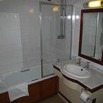 Golden Lion Hotel: bathroom