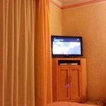 "Amplia habitacion y tv 32"" led con tv cable."