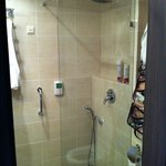 Modern bath/shower with good shower head.