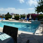 Photo de Bougainvillea Hotel Apartments