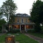 Foto de BEALL MANSION An Elegant Bed & Breakfast Inn