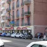 3 places de parking privées à l'hotel sur la droite de la photo