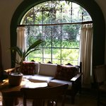 Sala con vista a jardines/ Living area with view to gardens/ Villa El Nido