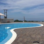 Georgious infinity swimming pool which is modern and brandnew (mai 2014). You dont want to get a