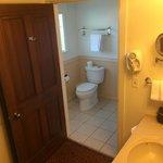 Large bathrom with an exerior sink, all very clean and in excellent condition