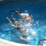 Diving demonstration in the hotel pool, thanks to Manos for calling the nice guys from kalypso d