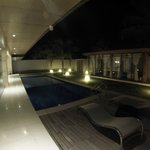 Piscina - Swimming Pool at night and massage room