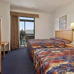 Foto de Days Inn & Suites Bridgeview Lodge