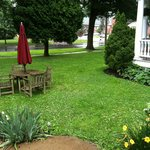 Jefferson Inn - Picnic Table on Front Lawn