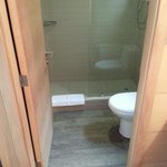 Bathroom in the tres habitaciones persona (room for three people).