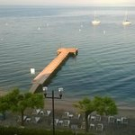 Die Holzbruecke am Strand des Hotels
