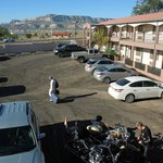 Une aile du motel et le parking