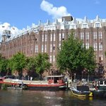 Fabulous Location on the canal, close to nearby bars and restaurants.