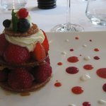 mille feuilles de fruits rouges sur sorbet, et  chantilly