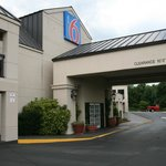 Motel 6 front entrance way