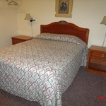 Carthage MO Best Budget Inn Room 107 Bed