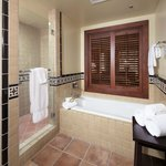 GRAND & ONE BEDROOM SUITE BATHROOM