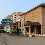 The Diplomat Inn resmi