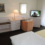 Hotel Christine: room with desk and TV