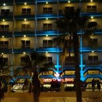 front of thr hotel from the pool area where enternment is on evry night