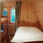 second bedroom, double bed and a bunk bed, chalet 6 - Le sous-bois