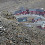 Spitsbergen Hotel (large red building) as seen from Plateau