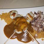 Brocheta de chipirones con couscous y curri