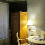 Rm 137 - TV, table, armoire