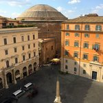 Perspective on distance to Pantheon, in background to statue