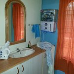 Washbasin, Mirror, RO+UV water filter, kettle, hand towel