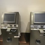 Machine to exchange notes to coins at reception
