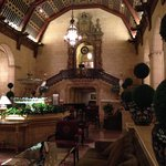 Spectacular tea/bar lobby, they do have a grand piano and serves coffee in the morning.