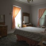 The Maids' Room, a sunny room with private bath, queen bed