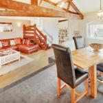 The Loft, sleeps 2, luxury self catering holiday apartment dining and sitting area