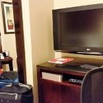 Hotel Belleclaire: Working desk and T.V