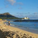 beautiful walk to the city along the beach and the diamond head ahead