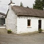 Cottage with adjoining kitchen/breakfast area behind