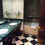 Suite spacious bathroom with 2 washing basins