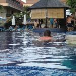 hubby swimming up to the pool bar