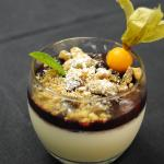 panacotta vanillée, coulis de fruits rouges et crumble