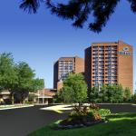 An ideal venue for conferences, tradeshows, banquets and weddings, this Mississauga hotel boasts