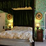 Beautiful four poster bed room
